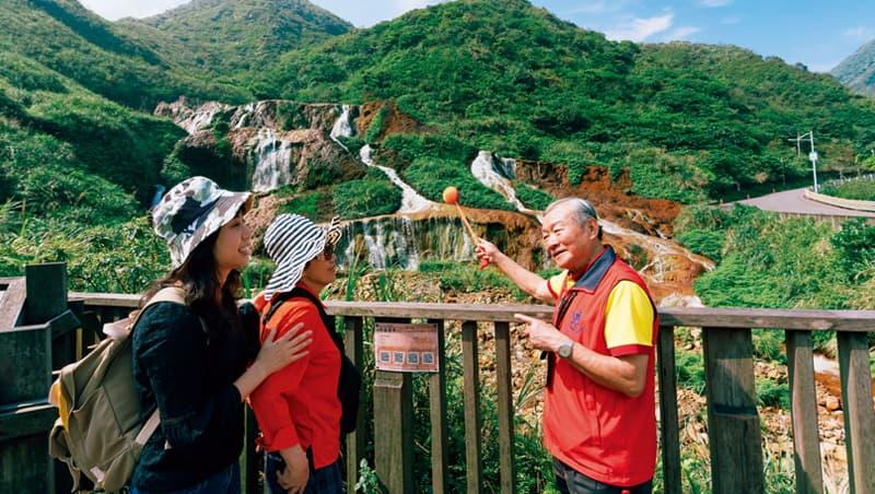 張明石善用口訣記憶,向旅客講解風光。