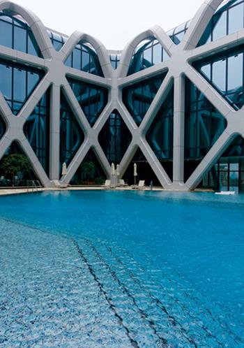 頂樓的泳池非常特別,暢游其中如飄浮於太空站中。
