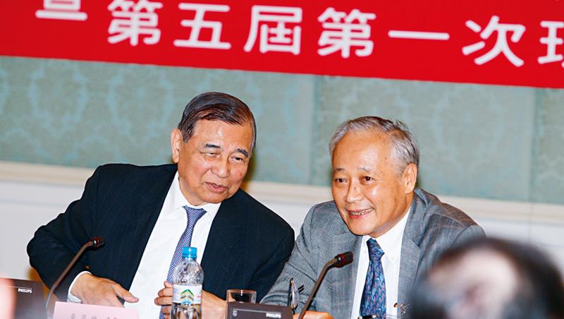 黃茂雄(左)在政商界人脈廣,但這道護城河在如今的經營權保衛戰中,有可能失靈。