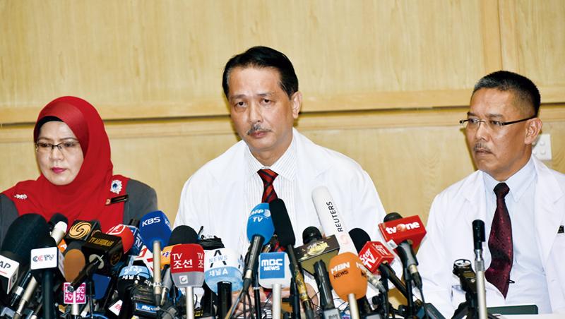 《海峽時報》說,馬來西亞2月政變,COVID-19疫情瞬間爆發,所幸衛生總監諾希山(中)提供明確資訊,穩定大局。