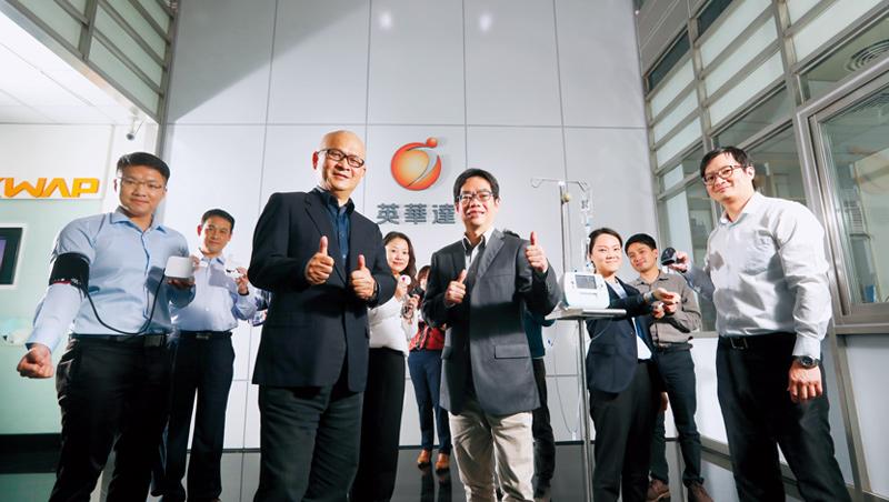英華達在董事長張景嵩(前排左2)、副總經理曾慶安(前排左3)帶領下,無螢幕的數位血壓計、血糖機、心電圖等產品,今年已打進國內4家醫院。
