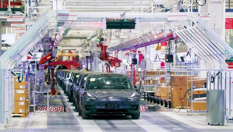 特斯拉的加州費利蒙工廠被迫停產,但4月上海工廠復工率已超過9成,生產進度超前。其股價經歷大跌後,又逐漸回復到年初水準。