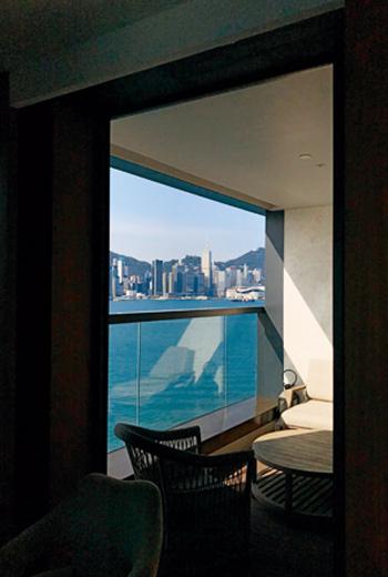 在香港要找到有陽台的旅店房間已相當珍稀,況且還面對著維多利亞港風光。