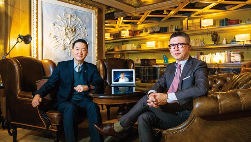這是疫情下的另類專訪,皮金營(左)和沈方正(右)中間擺著的筆電,螢幕上的盛治仁因家人感冒,改採視訊進行。