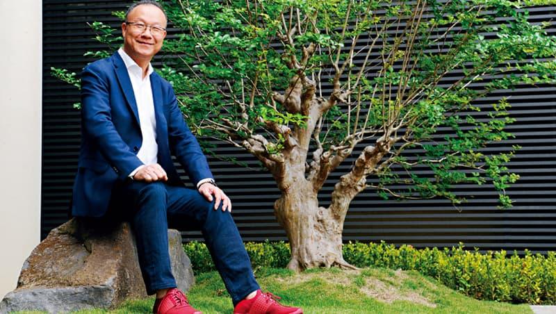 台灣引興董事長王慶華總在不斷思考改善所有事,包括自我形象。近年他改穿紅色球鞋,原因是「不管多遠、現場多少人,第一眼就可以看到我。」