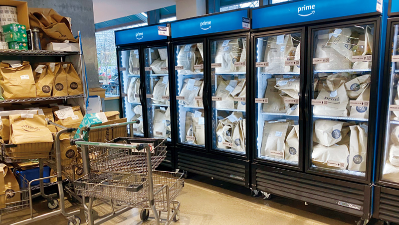 美國亞馬遜超市,顧客網路下單後,商品被放冰箱和架上等待外送。