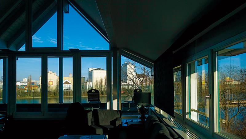 我的房間如屋頂溫室,視野遼闊且光線充足。