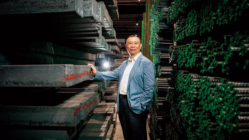 謝裕民站在台南永康的易昇鋼廠,這裡是台鋼集團的基礎之一,也是當年家族事業桂宏的工廠之一。之後他一路買進全額交割股、老卻沒動能的企業,組成台灣鋼鐵聯盟。