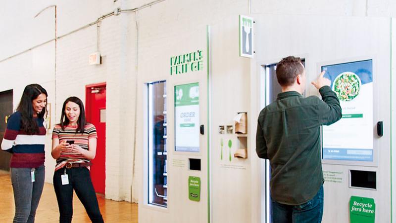 打破刻板印象、販售新鮮沙拉的自動販賣機。不須接觸人、只須短暫碰觸機身,成為疫情間自動販賣機的最大亮點。