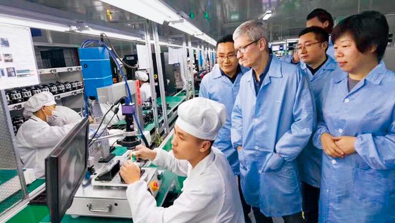 蘋果執行長庫克(右4)和低調務實的王來春(右1)很投緣,不但前往中國拜訪立訊工廠,還幫她牽線台灣投資對象。