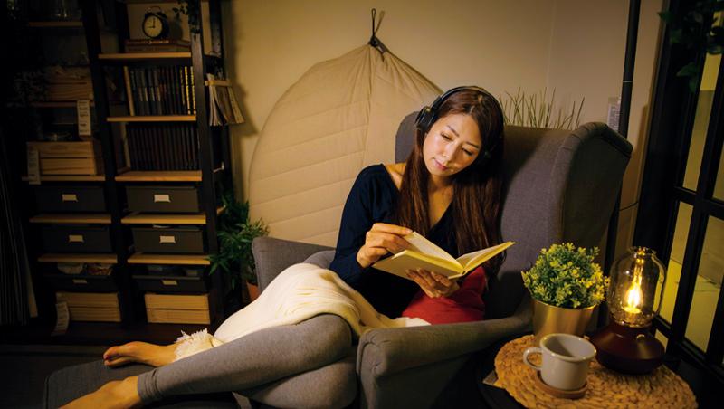 睡前聽令人平靜、愉悅的音樂,或閱讀一本不需要過度使用腦力的小書,有助於安穩入眠。