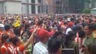 台廠求工暴動》台商鞋廠門口遭堵滿,千名越南員工抗議要「復工」
