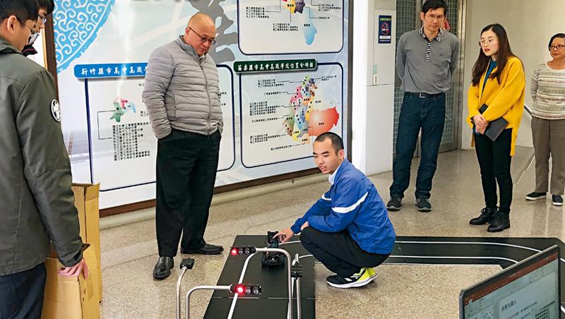 敏實總裁秦榮華(左2)正在觀看大華科大末代學生操作自動駕駛軟體系統,以此調整辦學計畫。