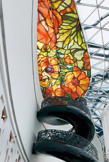 大廳裡一道階梯螺旋宛如鍋牛殼裡的異想世界,成為打卡熱點。
