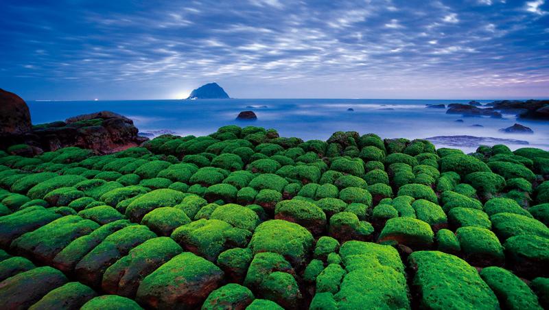 地質變動時,岩層形成兩組節理,海水下切加深裂縫,成為塊狀的豆腐岩。