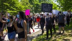Nike改廣告金句反歧視,連Adidas都轉推...看懂一位非裔男子引爆的全美示威
