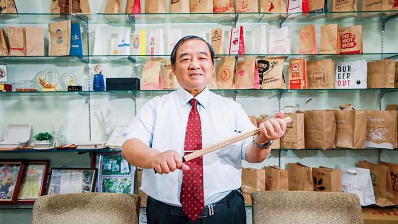 壯佳果會長盧壯興堅信經絡拍打能治病。不痛不成活,像是呼應他遭受產業重擊卻不斷發掘商機的事業歷程,身後是他眾多知名品牌客戶的紙袋。