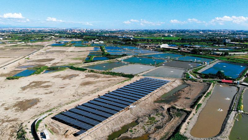 現在,魚塭被「棄做」 曾經號稱虱目魚之鄉的小鎮學甲,10年前後魚塭景致改變了!大片魚塭面積轉為太陽能板用地,或漁電共生計畫預定地。當地人笑稱,學甲快要變「太陽能板之鄉」了。