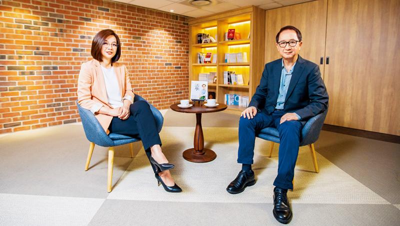 《商業周刊》創辦人 金惟純(右),商周集團執行長 郭奕伶(左)