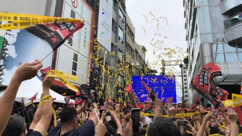 罷韓總部造勢現場,6月6日在5點出頭確認通過罷免門檻後,現場便開始放彩帶慶祝。