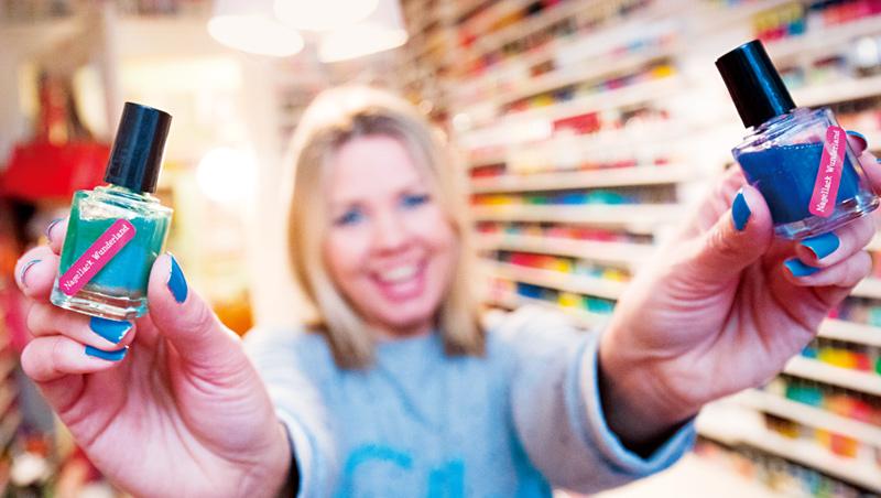 口罩讓口紅指數失靈,取而代之的是自己可以在家美甲,這讓鮮豔顏色的指甲油銷量大增。