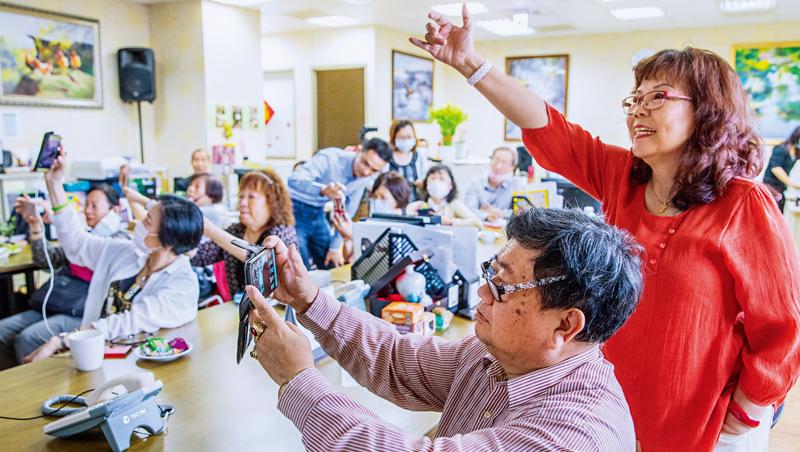 別小看這群「高年級」學生的學習動力與毅力!在智樂活教學現場,爺奶們勤做筆記,舉手發問次數比年輕人求學更踴躍。
