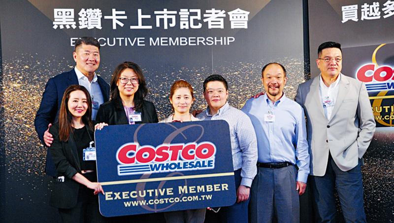 好市多亞太區總裁張嗣漢(後排左1)指出,為了引進黑鑽卡準備了2年,還斥資上百萬建置近百名客服。