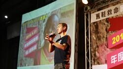 他一張海報,讓20萬人送鞋到非洲!從街頭小混混到十大傑出青年的翻轉人生