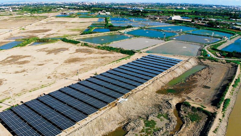 太陽光電在砍樹種電爭議前,還被質疑漁電共生會不會「滅魚」。未盤點各地塊可行性,造成環境、農業與綠電三者衝突。