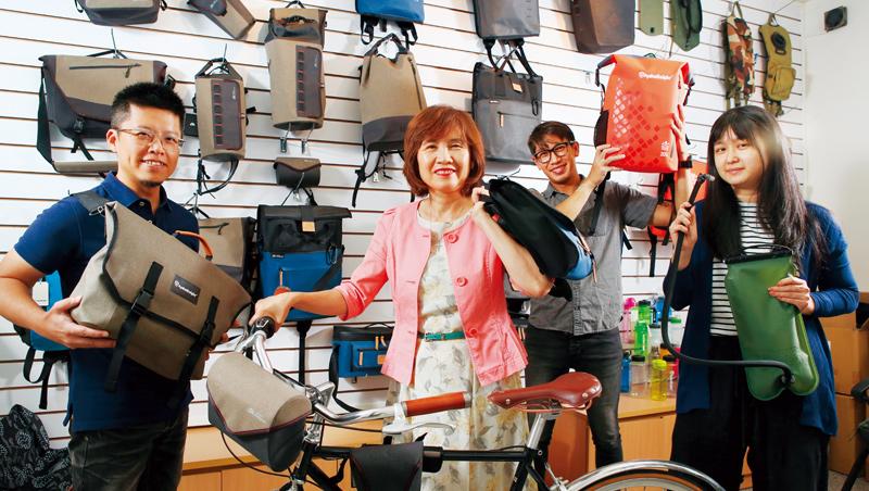 台灣今品董座游明婉(左2)帶領員工從一個水袋開始創新,生意從軍方做到單車,近年更跨足戶外運動用品。