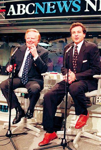 時任ABC新聞網總裁阿利奇(左)是帶艾格(右)入行的導師,他力求完美的工作態度,對艾格職涯造成深遠影響。
