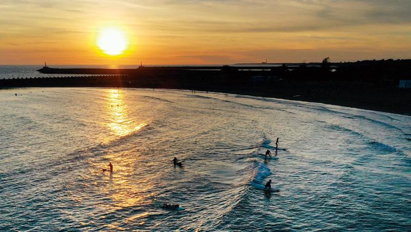 傍晚衝浪客聚集,是漁光島最熱鬧的時刻。夕陽落下後,島上回歸一片寂靜。
