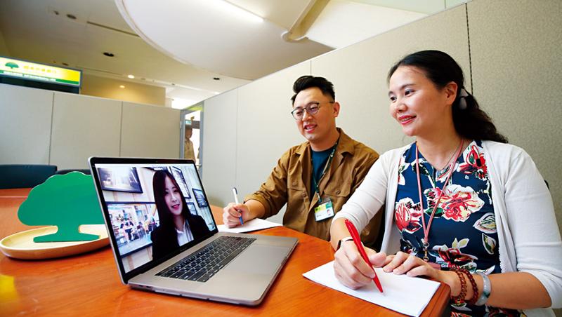 因應疫情,許多知名企業改採線上面試,求職者應對刁鑽考題,還得學習在電腦螢幕的框架中展現個人特色。