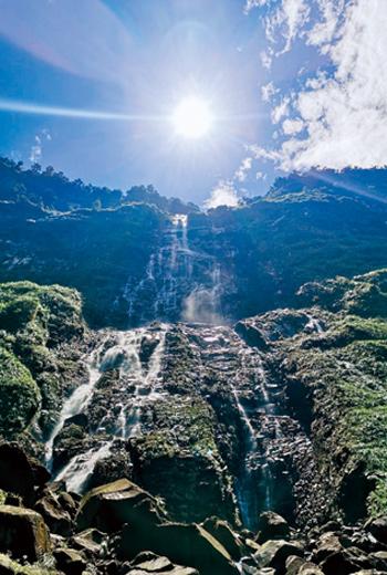 從溪底仰望,一路岩壁嶙峋,看不到蛟龍瀑布的源頭。
