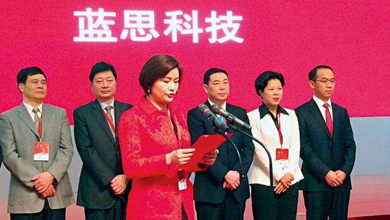 曾居中國女富豪第1名的周群飛(左3),與立訊董事長王來春都是農村女工創業致富,這兩大女富豪,都可能是台廠的新威脅。