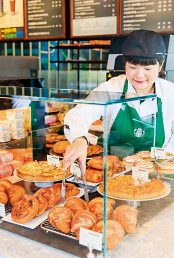 繼各市場推大型臻選門市,如今星巴克在一般店面也烤起麵包,切入烘焙市場。