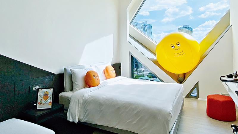 飯店業者不只聯名國際卡通明星,台中大毅老爺攜手本土藝術家,幫助提升台灣IP人物的知名度。
