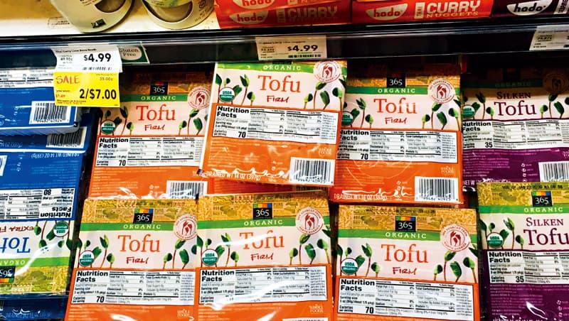 疫情期間,美國肉品短缺,讓含有大量蛋白質的豆腐需求大增。還有公司看準這波商機,開發多種新口味的豆腐。