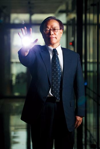 「5G時代到來!」中華電信董座謝繼茂搶先宣布開台,更將從賣訊號轉型賣服務,主攻企業用戶。
