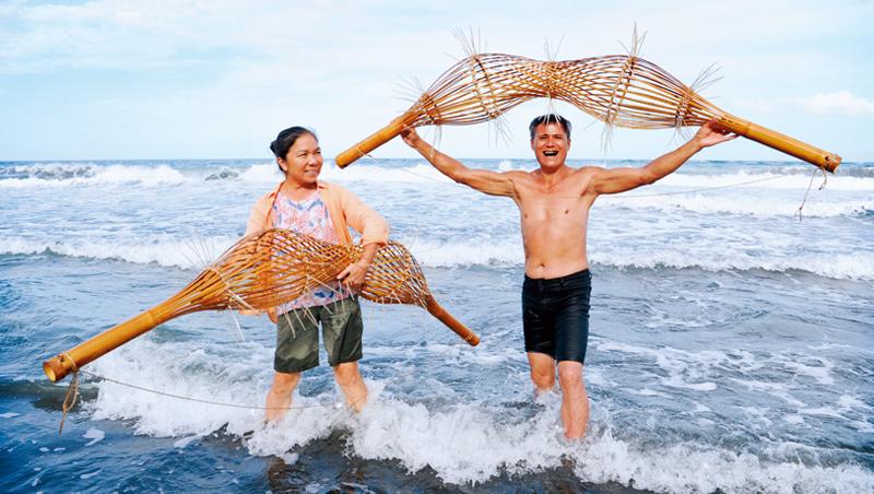 將竹編半成品浸泡海水,會產生苦味避免蟲蛀,這也是向大自然學習的成果之一。