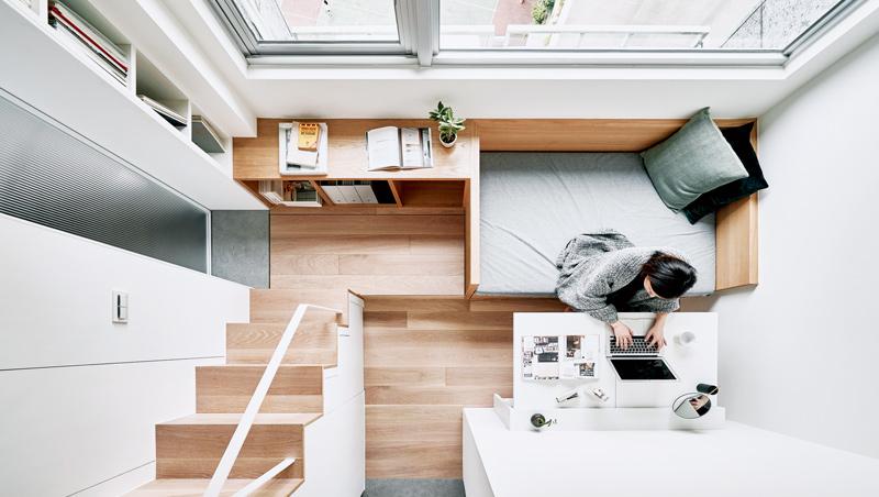 台灣5.3坪小公寓裡,功能連續卻清楚區隔。如樓梯下方是壁櫃、臥榻是沙發也是小床。
