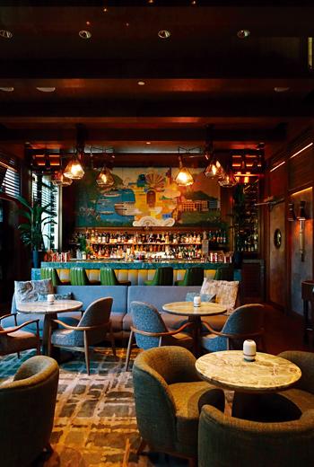酒吧有著濃濃紐約感,然而一幅香港風景壁畫又提醒自己身在香港。