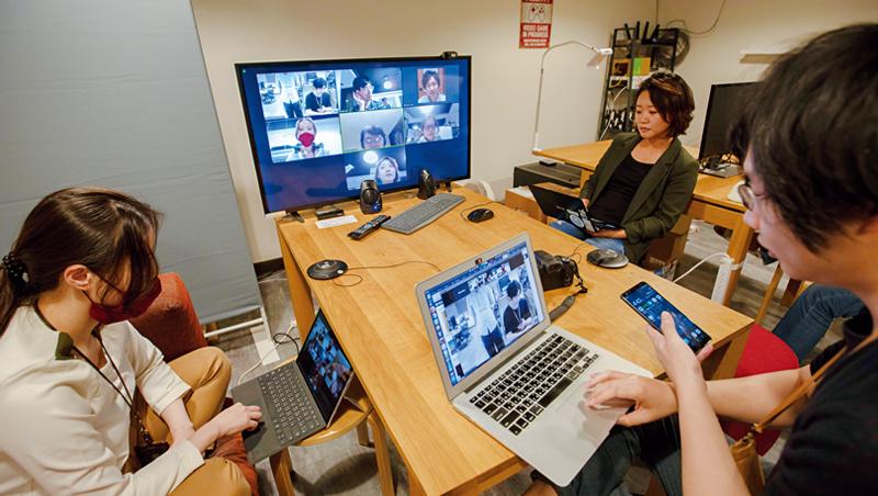 疫情讓多家企業改採遠距工作。台灣新創公司Numbers,工程師們可選擇在家工作,再於視訊會議中回報進度。