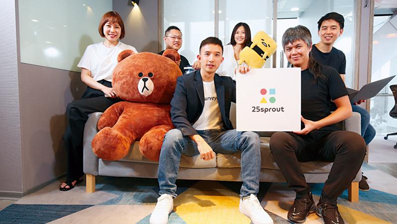 新芽共同創辦人劉邦彥(前左)和郭育廷(前右),當年拿出20萬積蓄,從一間頂樓加蓋開始創業,如今變台灣企業級雲端問卷龍頭。