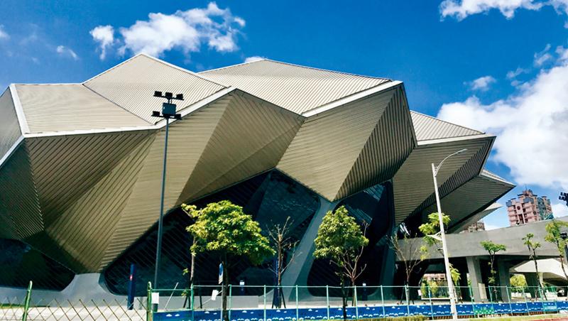南港流行音樂中心的頭角崢嶸造型,充滿神秘色彩,讓人不禁想到外星飛碟母艦。