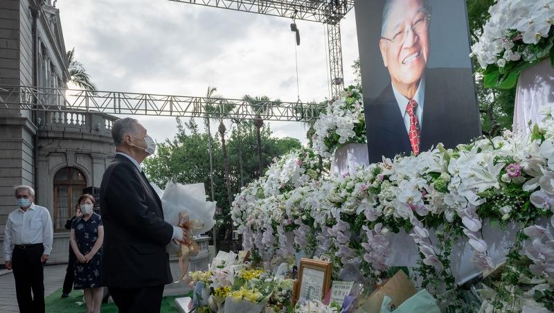 日本前首相森喜朗(左)來台弔唁前總統李登輝。