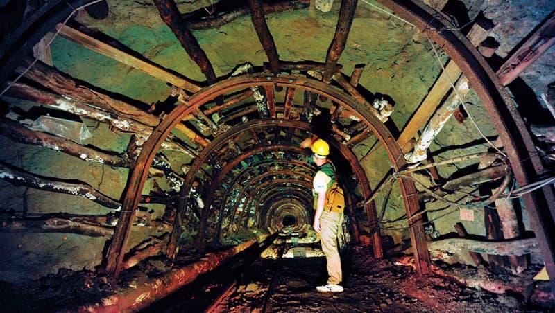 新平溪煤礦坑坑口保存昔日樣貌,另有一座過去訓練礦工自救的安全訓練坑道,可戴安全帽入內體驗。