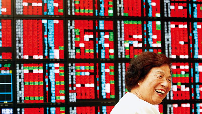 台股目前在高檔盤旋,引發過熱的質疑。此時也是投資人居高思危,調整部位的好時機。