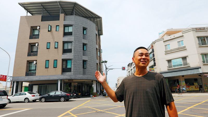 氣候變遷加上漁業法趨嚴,船東二代吳柏賢,把資產從漁船移向不動產,後面4層樓的三角店面,就是他投資的