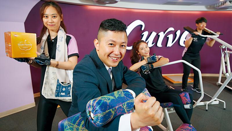 可爾姿台灣執行長林宏遠(前)除了衝高會員運動數,也嘗試多元化經營,身後教練手拿的自家健康食品目前營收占比已逾2成。